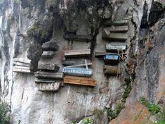 Los miembros de la tribu Igorot han estado enterrando a sus muertos en ataúdes colgantes, en las paredes de los acantilados, desde hace cientos de años. Piensan que este ritual acerca a sus muertos a los espíritus ancestrales, además de mantener sus cuerpos de forma segura.