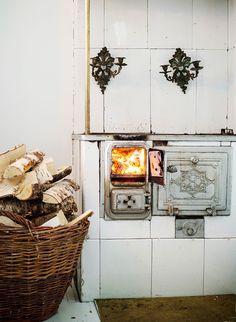 Puuhella on talvella käytössä muutaman kerran viikossa. Lämmityspäivinä on mukava valmistaa ruuat tulella.
