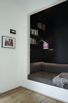 Lille hems fyldt med boghylder til i ro og fred at læse en bog eller slappe af. Kan også bruges som soveplads, så den skal være min. 2m lang.