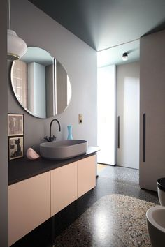 This colorful apartment of is located in Turin and after having been writing about the Terrazzo Trend, we want to share another great find. Home Interior, Bathroom Interior, Modern Interior, Bathroom Pink, Bathroom Stuff, Apartment Interior, Bathroom Sets, Modern Decor, Bad Inspiration