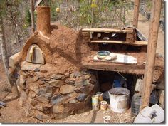Strawberry Fields Eco Lodge – Update: Cob Oven - The Permaculture Research Institute Small Outdoor Kitchens, Outdoor Kitchen Plans, Outdoor Stove, Outdoor Kitchen Design, Outdoor Cooking, Barbacoa, Oven Design, Four A Pizza, Wood Oven