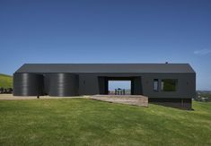 Escarpment House in Gerringong: rural guest property in NSW, Australia home design by ATELIER ANDY CARSON: contemporary residence, architecture images Australian Architecture, Residential Architecture, House Architecture, Farm Shed, Casas Containers, Australian Beach, Transitional House, Transitional Lighting, Transitional Bedroom