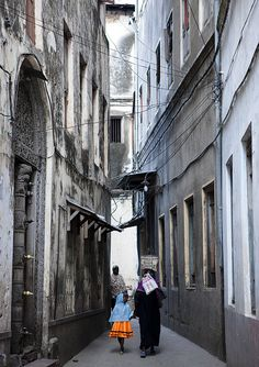 eiled mother and daughter in the old Stone Town streets, Zanzibar, Tanzania
