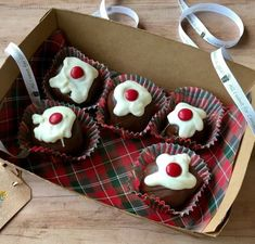 Christmas Pudding Brownie Bites! These adorable brownie truffles are covered in two kinds of chocolate to look like British christmas pudding. They are an easy Christmas dessert to make and to give away. #christmas #christmasdessert #chocolate #christmasbrownies #brownies