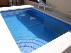 piscina de obra de 5x3 con escalera interior y gresite azul cielo