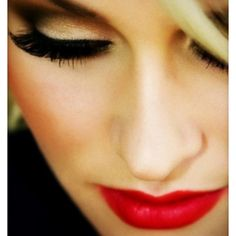 Bold look-red lips,brown smokey eye,and very contored cheeks
