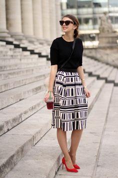 Les escarpins rouges Rupert Sanderson parfaits avec ce look noir et blanc sur le blog The Brunette.