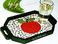 Bandeja pequena em mosaico de 2004, para servir menos pessoas. Mosaic Art Projects, Mosaic Ideas, Diy Projects, Mosaic Tray, Mosaic Glass, Stained Glass, Decoration, Coasters, Diy Crafts