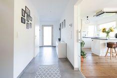 Heller Eingangsbereich mit offenem Zugang zum Wohn- und Essbereich mit Küche Gallery Wall, Home Decor, Door Entry, Decorating, Homes, Decoration Home, Room Decor, Home Interior Design, Home Decoration