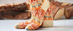 Ikuista syksyn väriloisto sukkiin, niin voit nauttia kauniista sävyistä vielä talvellakin. Syksyn sävyttämät sukat neulotaan kahdella langalla. Knitting Socks, Mittens, Knit Crochet, Diy Crafts, How To Make, Fashion, Summer Time, Knit Socks, Fingerless Mitts