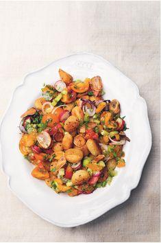 Een recept uit het kookboek Greenfeast lente-zomer. Een combinatie van gnocchi, tomaat en radijs. Een vegetarisch pasta gerecht. Nigel Slater, Ratatouille, Chana Masala, Healthy Eating, Healthy Food, Pasta, Fresh, Meals, Ethnic Recipes