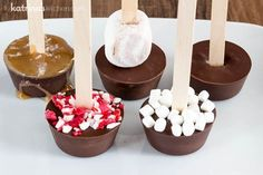 Hot Chocolate on a Stick! Just add water or milk for a delicious warm drink. Use this Hot Chocolate Sticks recipe to make many variations for gifts or an easy and delicious hot chocolate bar! Try peppermint or salted caramel! Hot Chocolate Gifts, Chocolate Sticks, Chocolate Bomb, Chocolate Spoons, Homemade Hot Chocolate, Hot Chocolate Bars, Hot Chocolate Recipes, Melting Chocolate, Hot Chocolate On A Spoon Recipe