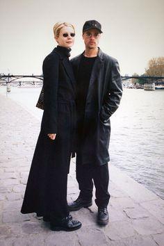 Gwyneth Paltrow and Brad Pitt in Paris in 1997 Gwyneth Paltrow, Giorgio Armani, Mariah Carey, Fashion Week, 90s Fashion, Christina Aguilera, Brad Pitt Style, Style Année 90, Grunge