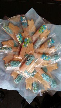 Uitdelen peuterspeelzaal Lange vingers en Nijntje koekjes in een zakje. Beide versierd met blauwe chocolade met verschillende sprinters!