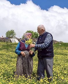 Never forget the flowers.Old Turkish Couple❤ Cute Muslim Couples, Old Couples, Couples In Love, Vieux Couples, Growing Old Together, Old Folks, The Golden Years, Everlasting Love, Old Love