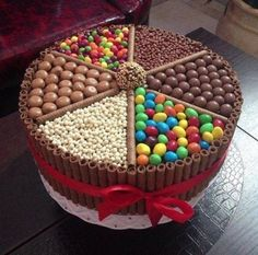 Bolo Kit Kat: 25 modelos incríveis (With images) Torta Candy, Candy Cakes, Kitkat Torte, Chocolate Box Cake, Chocolate Heaven, Chocolate Lovers, Chocolate Candy Cake, Chocolate Sweets, Chocolate Cigars