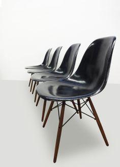 #Originele #Charles #Eames #Herman Miller #DSW #stoelen #glasvezel Retro Design, Icon Design, Vintage Designs, Charles Eames, Herman Miller, Retro Furniture, Chairs For Sale, Spice, Sugar