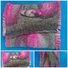PREÇO PROMOCIONAL Acesse nossa loja online: aromala.divitae.com.br Clutch fabricada em feltro forte com lã de carneiro natural e tons de rosa. Botão confeccionado em lã de carneiro. Acabamento rústico com barbante de algodão rosa. Material resistente e lavável. Dimensões:  -comprimento: 13cm -largura: 17cm Sugestões de uso: carteira e/ou porta celular de até 12cm de comprimento.  PEÇA ÚNICA E EXCLUSIVA.  ACEITAMOS ENCOMENDAS.