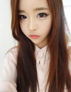 Certaines jeunes femmes asiatiques sont prêtes à tout pour se faire un visage de poupée. Toujours plus exigeantes, elles affichent depuis peu une nouvelle obsession beauté : les puppy eyes ! http://www.elle.fr/Beaute/News-beaute/Make-up/Puppy-eyes-que-pensez-vous-du-make-up-mignon-des-Coreennes-2865876