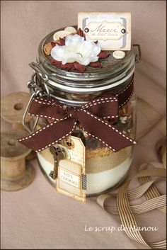 Cookies in a jar in french Mason Jar Meals, Meals In A Jar, Mason Jars, Sos Cookies, Cookies Et Biscuits, Sos Recipe, Daycare Teacher Gifts, Jar Gifts, Cookie Jars