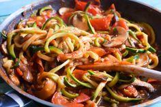 Hier kommt ein leckeres veganes Low Carb 15-Minuten-Gericht. Die Znudeln mit feiner Sauce schmecken auch Nicht-Veganern. Einfach nachmachen!