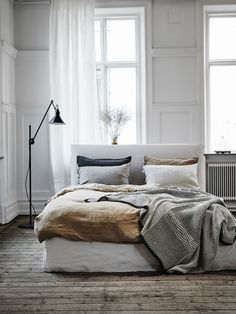 Scandinavian Bedroom Design Scandinavian style is one of the most popular styles of interior design. Although it will work in any room, especially well . Rooms Home Decor, Fall Home Decor, Home Bedroom, Modern Bedroom, Bedroom Decor, Bedroom Ideas, Minimal Bedroom, Linen Bedroom, Budget Bedroom