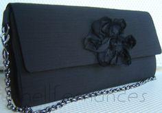 Carteira nellfernandes em crepe preto com flor na aba.