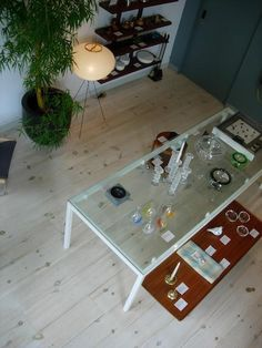 The floor and ceiling are finished with plant-based products that are white-pigmented and keep the pine from darkening to orange. A similar product: Osmo Polyx-Oil, an engineered finish made with plant oils and waxes, plus highly refined mineral spirits to allow easy application. Osmo Professional Color Oil comes in nine shades, including white, and can be finished with Osmo Polyx-Oil.