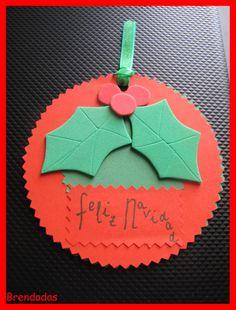 Tarjeta redonda con hojas de acebo para felicitar la Navidad