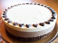 Dette er en dobbel sjokoladeiskake som har både et lag mørk sjokoladeis og et lag hvit sjokoladeis. Bunnen er laget med kakao og hasselnøtter og smaker nydelig til isen.