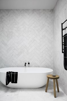 modernes, minimalistisches Badezimmer mit Badewanne modern minimalist bathroom with soaker tub - Marble Bathroom Dreams Minimalist Bathroom, Minimalist Decor, Modern Minimalist, Minimalist Kitchen, Minimalist Interior, Bathroom Modern, Kitchen Modern, Bathroom Grey, Bathroom Feature Wall Tile