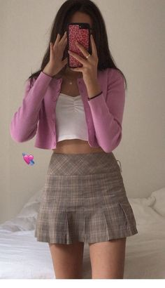 Miniskirt and pink cardigan Minirock und rosa Strickjacke Vintage Outfits, Retro Outfits, Cute Casual Outfits, Summer Outfits, Pink Outfits, Mean Girls Outfits, Mean Girls Costume, Girly Girl Outfits, Edgy Outfits