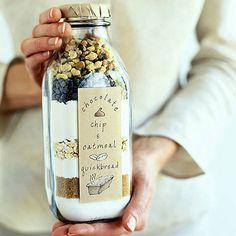Cooking jars são potinhos de vidro onde você coloca a medida certa de uma receita dentro deles e coloca o passo-a-passo da receita como rótulo. É uma ideia super legal e econômica. Você pode dar de…