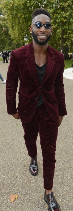 Tinie Tempah wears Burberry Tailoring outside the S / Showspace - Men's Fashion Guide Dope Fashion, Urban Fashion, Mens Fashion, Fashion Outfits, Fashion Guide, Tinie Tempah, Dapper Suits, Mens Style Guide, Guy