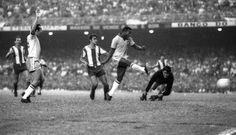 Rumo ao tri: Pelé faz o gol da vitória sobre o Paraguai, por 1 a 0, que garantiu a classificação do Brasil para a Copa de 1970, no México. O jogo marca o recorde oficial de público pagante no Maracanã: 183.341 torcedores Foto: Arquivo/O Globo