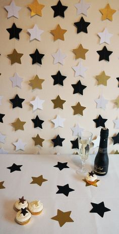 Hollywood/Oscars/Award Show Party: Star garland in gold, silver, and black. HOLLYWOOD THEME