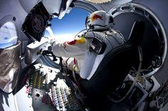 Red Bull Stratos.   Salto record riuscito. Ieri.   Dalla stratosfera. 71,580 piedi.   21 km e 818 metri.   Chapeau.     Redbull.com