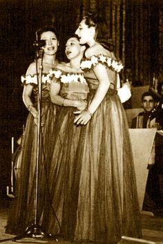 Trio Lescano on stage. (From the left: Giuditta, Caterinetta and Alessandra Lescano.)