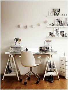 escritorio con caballete y estanterías