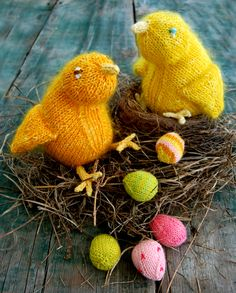 How cute are these birds and tiny eggs? #knit #spring