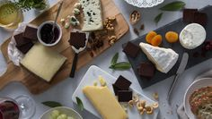Impress guests with a dessert platter of Lindt Excellence chocolate and cheese pairings (courtesy of cheese expert Tricia Bell). Chocolate Party, Chocolate Cheese, Chocolate Lovers, Dessert Simple, Lindt Excellence, Chocolat Lindt, Easy Desserts, Dessert Recipes, Dessert Platter
