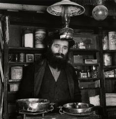 Roman Vishniac. A small shop in Teresva