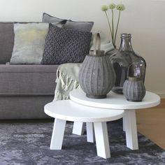 Maak je zithoek compleet met de speelse opstelling van de witte ronde bijzettafels van Woood. Verrassend anders, deze salontafel! Direct leverbaar.