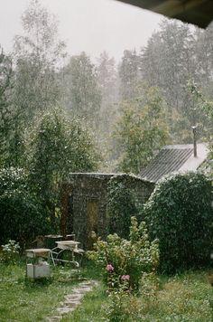 Untitled comfort and calm kunyhók, kertek, kert Magic Garden, Dream Garden, I Love Rain, Sound Of Rain, Summer Rain, Gardening, Dancing In The Rain, Rain Drops, Rainy Days