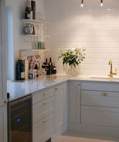 It is easier than you think to take your kitchen from builder grade to gorgeous on a budget! These kitchen makeover secrets will save you money and give you great ideas! New Kitchen, Kitchen Dining, Cherry Kitchen, Stylish Kitchen, Lohals, Two Tone Kitchen Cabinets, Kitchen Walls, Kitchen Decor Themes, Home Decor