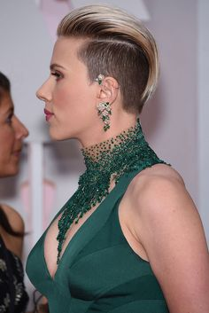 Johansson oli panostanut koruihin. Scarlett Johansson Photo HAPPY DHANTERAS WISHES AND GREETINGS CARDS PHOTO GALLERY  | PBS.TWIMG.COM  #EDUCRATSWEB 2020-05-12 pbs.twimg.com https://pbs.twimg.com/media/CTYyEntUcAA4PSL.jpg