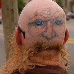 Ein Gesicht mit Bart auf den Hinterkopf tätowieren? Erfordert auf jeden Fall eine ganze Menge Mut und Kreativität. Aber es ist auch schon ziemlich verrückt, findest du nicht auch?  | unfassbar.es
