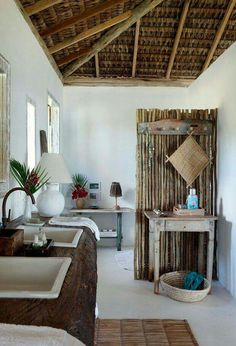 O lavabo tem diversos apoios e duas pias encaixadas na tora por Elma Chaves (Foto: Evelyn Müller / Living Inside) Home Interior, Interior Design, Bali House, Bamboo House, Beach Bungalows, Coastal Living Rooms, Beach House Decor, Home Decor, Rustic Beach Houses
