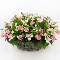 beautiful pink and green roses and flowers centerpiece. Flower Boxes, Diy Flowers, Fresh Flowers, Flower Decorations, Beautiful Flowers, Basket Flower Arrangements, Modern Flower Arrangements, Church Flowers, Ikebana