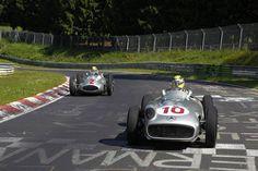 Lewis Hamilton e Nico Rosberg dirigem a clássica Mercedes-Benz em torno de Nordschleife